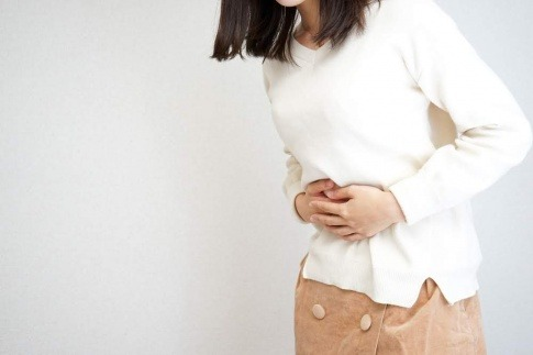 Eine Frau hat Bauchschmerzen wegen einer Fehlgeburt