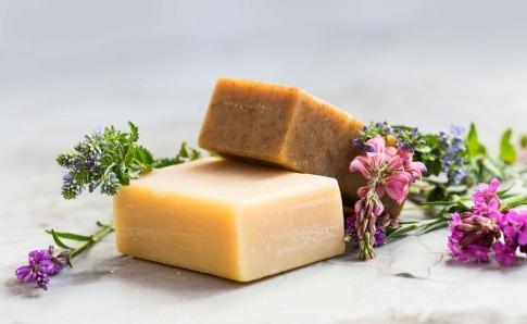 Seifenstücke und Blüten für empfindliche Haut