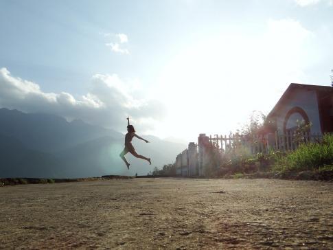 Eine Frau springt fit durch den Tag