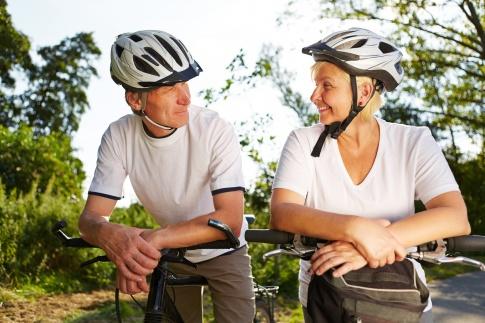 Ein älterer Mann und eine Frau fahren mit dem Rad