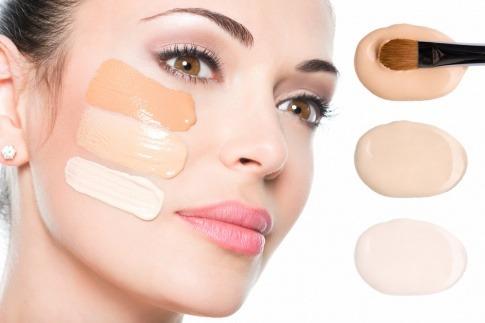 Eine Frau hat Foundation in drei verschiedenen Farben im Gesicht