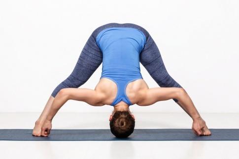 Eine Frau führt eine Ashtanga Yoga Übung aus