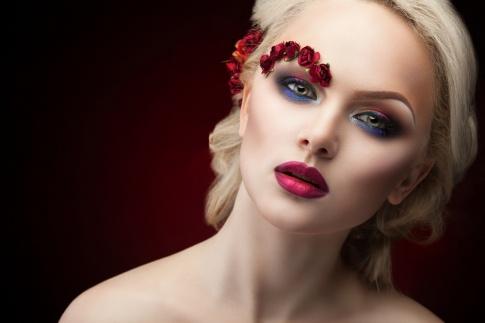 Eine Frau hat Blumen auf einer Augenbraue