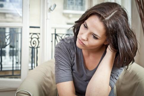 Eine Frau sieht besorgt aus
