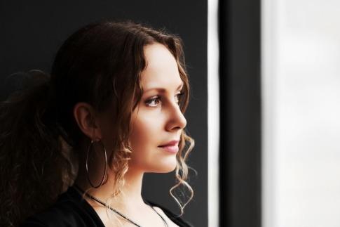 Eine Frau sieht einsam aus dem Fenster