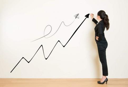 Eine Frau zeichnet eine Erfolgskurve