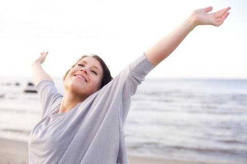 Eine Frau streckt vor Erleichterung die Hände in die Luft