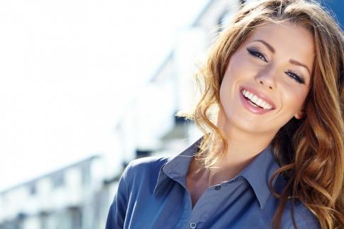 Eine Frau lächelt weil sie weiß, wie sie ihre Gefühle nutzen kann