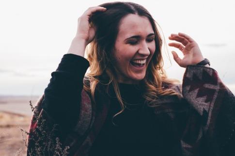 Eine Frau lacht im Sonnenlicht