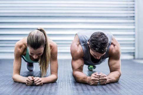 Eine Frau und ein Mann trainieren im Fitness-Studio