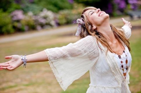 Eine Frau streckt glückilich die Arme aus nach dem Motto Lebe dein Leben