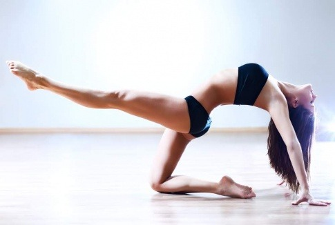 Eine Frau macht Übungen für ihre Muskeln und Gelenke
