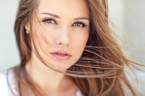 Eine Frau mit natürlichem Make up und Augenbrauen
