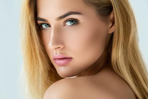 Eine Frau hat natürliche Augenbrauen