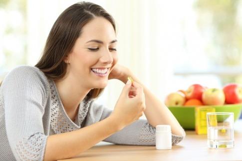 Eine Frau nimmt eine Tablette