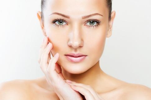 Eine Frau zeigt sich ohne Hautausschläge im Gesicht