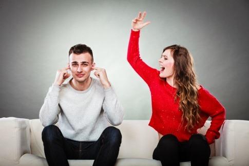 Eine Frau schimpft, der Mann hält sich die Ohren zu