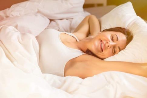 Eine Frau hat gut geschlafen