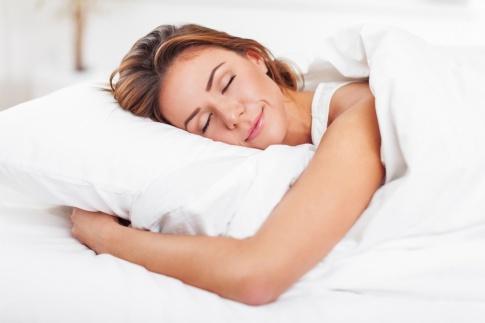 Eine Frau schläft im Bett