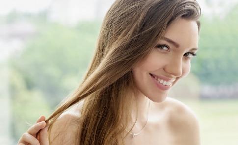 Eine junge Frau hat gesundes Haar und einen strahlenden Teint