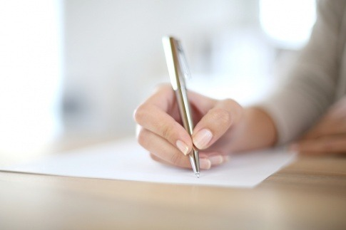 Eine Frau schreibt