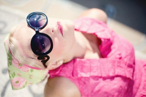 Eine Frau mit Sonnenbrille schaut nach oben