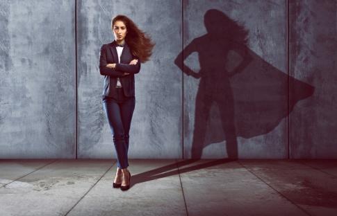 Der Schatten einer Frau zeigt einen Superhelden-Umhang
