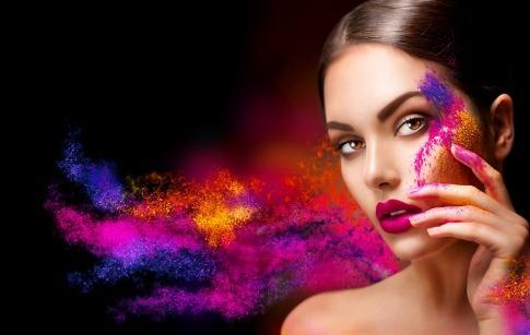 Eine Frau hat viele von den Trendfarben 2017 im Gesicht