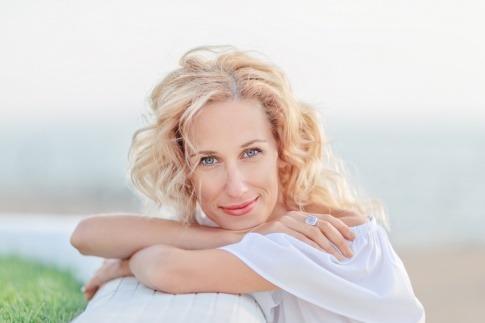 Frau in den Wechseljahren oder Menopause lächelt