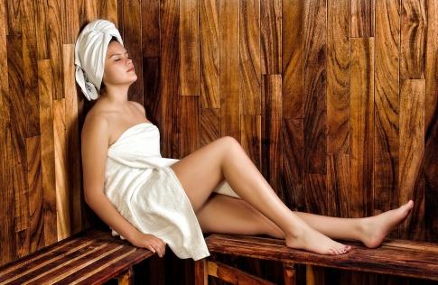 Eine Frau entspannt in der Sauna