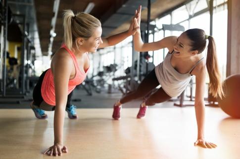 Junge Frauen beim Fitness
