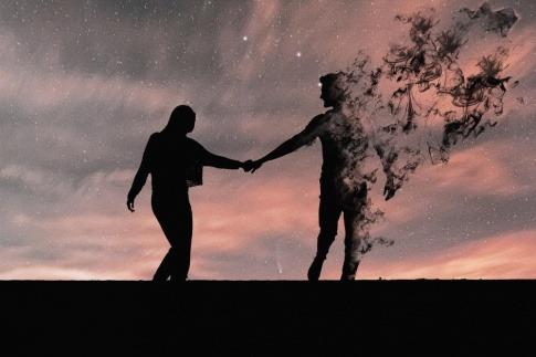 Zwei Menschen halten einander, einer scheint Freiheit in der Beziehung nehmen zu wollen