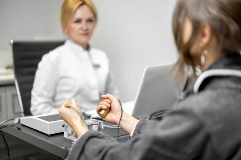 Frau hält Zapper für Frequenztherapie