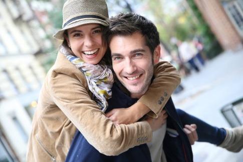 Ein Paar, bei dem man nicht kennt, ob es Freundschaft oder Liebe ist