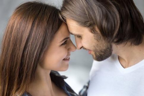 Paar, Freundschaft oder Liebe, hat die Köpfe aneinander gelehnt