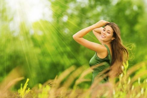 Eine Frau ist frisch und fröhlich im Frühling