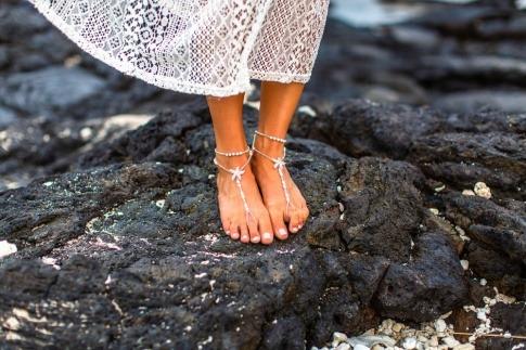 Füße stehen auf Lavagestein
