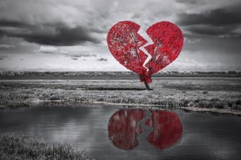 Ein gebrochenes Herz steht neben einem See