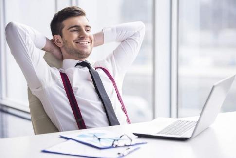 Zufrieden wirkender Mann am Schreibtisch