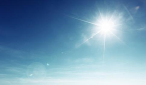 blauer Himmel mit gefährlichen Sonnenstrahlen
