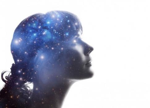 In der Nähe des Kopfes einer Frau befinden sich viele kleine blau leuchtende Punkte