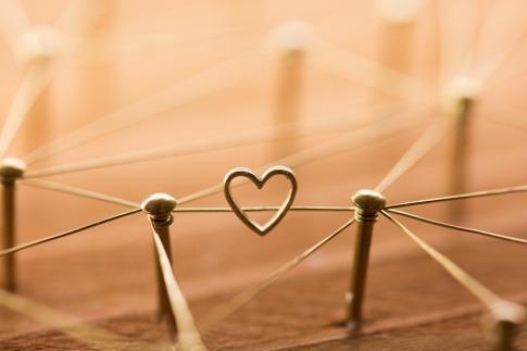 Ein Herz als Zeichen der Liebe verbindet viele Stecken mit eine Seil