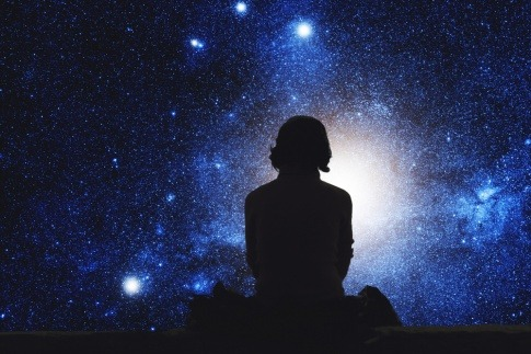 Ein Mann sitzt vor Sternen