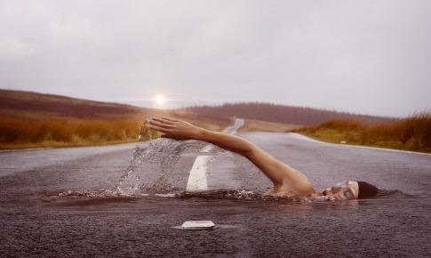 Ein Mann übt die gelenkschonende Sportart Schwimmen aus
