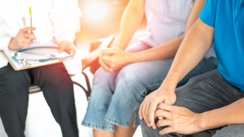 Wie man Genitalwarzen loswird, berät ein Arzt ein Paar