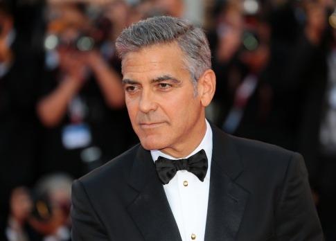 George Clooney hat einen Seitenscheitel und zurückgekämmtes Haar