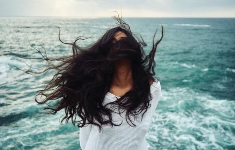 Frau mit langen Haaren im Sonnenuntergang.
