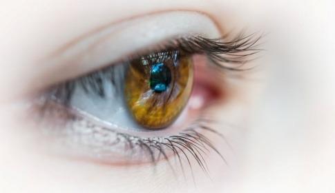 Ein Auge mit einem Augenlid, das gereizt sein könnte