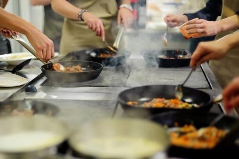 Ayurvedische Gerichte werden in Pfannen gekocht