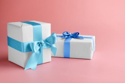Zwei Geschenkboxen mit einer festlichen Dekoration.